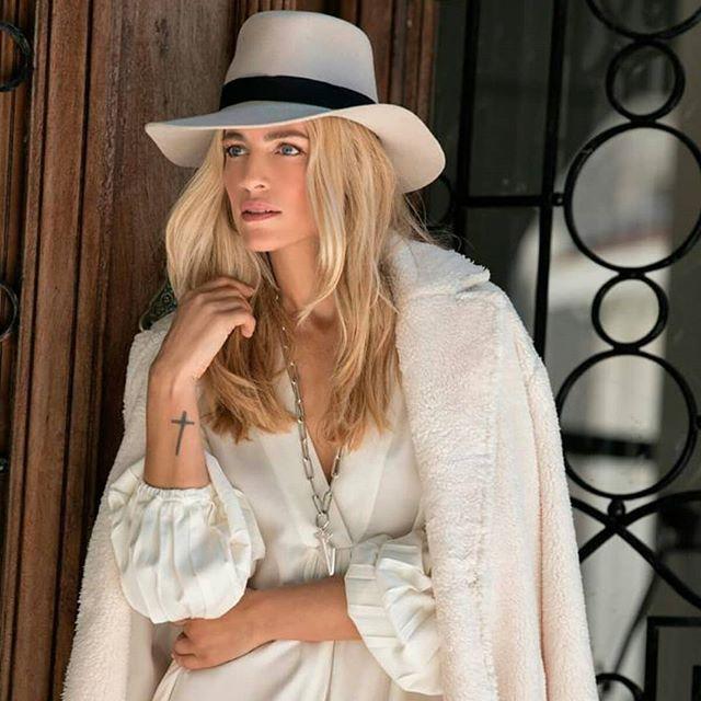 look elegante mujer con sombrero Compañia de sombreros invierno 2019