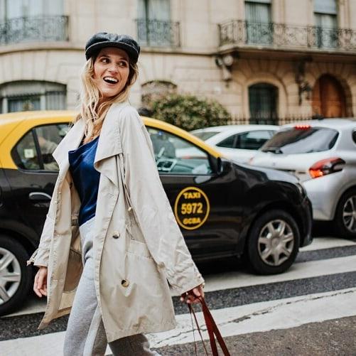 look mujer con boina de cuero Compañia de sombreros invierno 2019