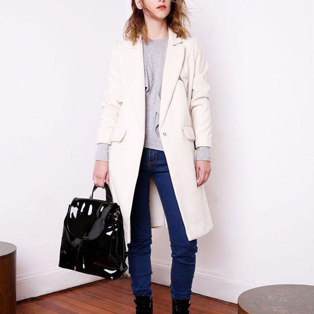 look urbano con jeans y tapado square jeans invierno 2019