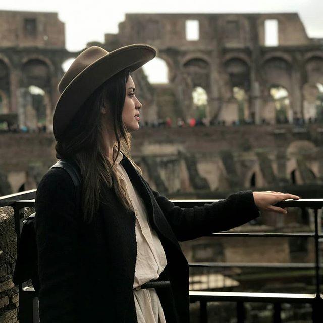 look urbano mujer con sombrero australiano Compañia de sombreros invierno 2019