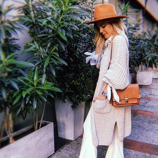look urbano mujer con sombrero de cuero Compañia de sombreros invierno 2019