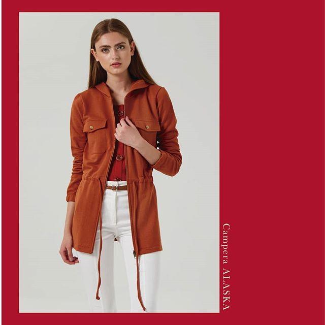 saco trench y pantalon blanco Abstracta invierno 2019