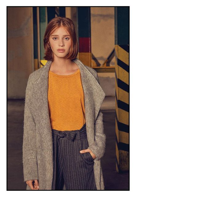 tapado de lana mujer con pantalon palazzo a rayas Le Utthe invierno 2019