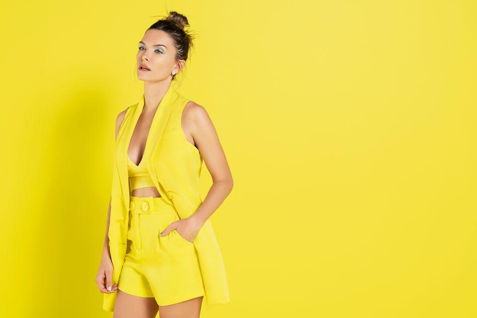 look sastre con short top y chaleco amarillo mujer caviar verano 2020