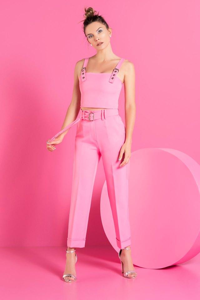 pantalon de vestir rosa con top de corte sastrero caviar verano 202