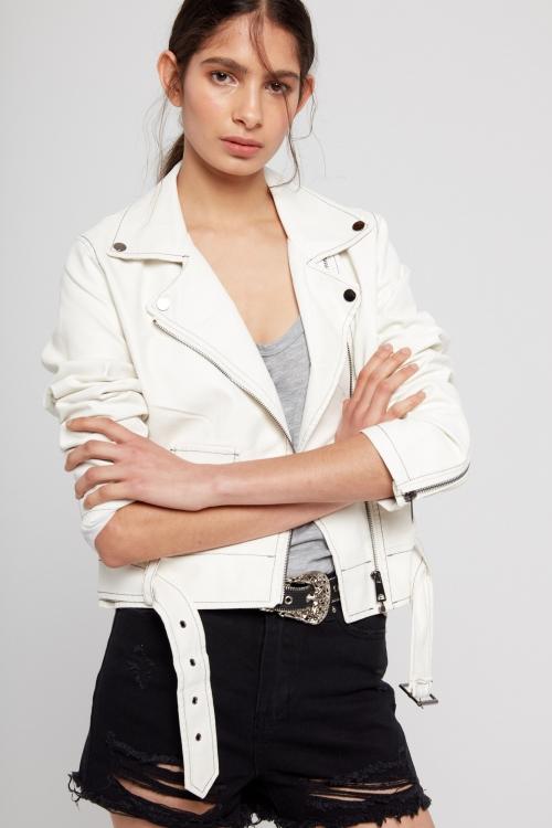 Campera de cuero blanca y jeans negro con roturas verano 2020 ST Marie