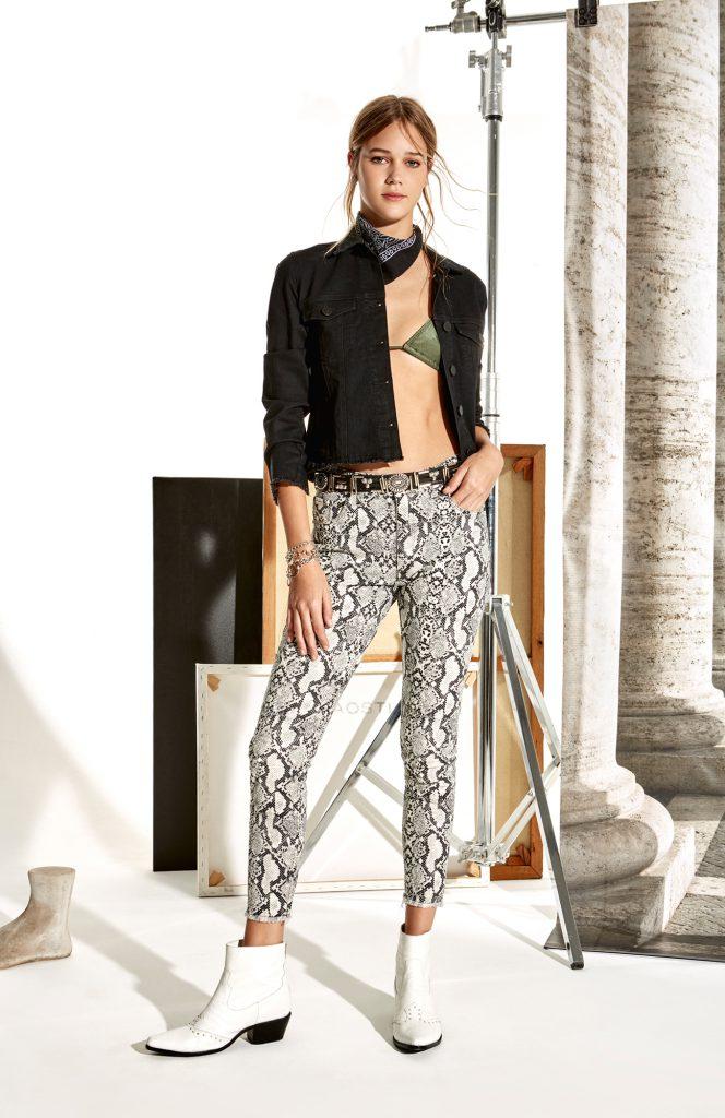 campera jens negra y pantalon animal print delaostia verano 2020