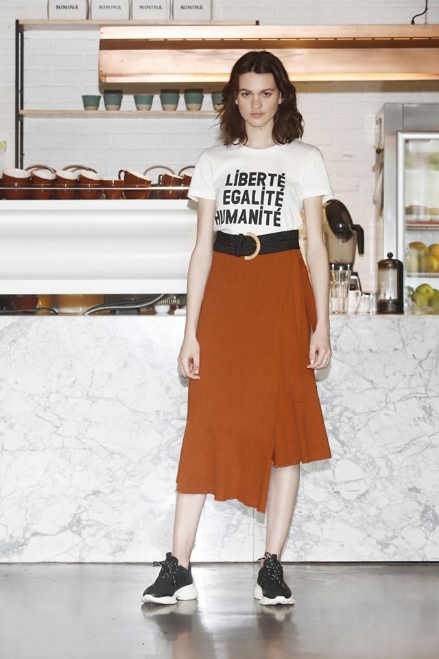 falda asimetrica con remera basica Inedita argentina verano 2020