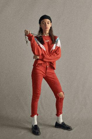jeans de colores con roturas Levis verano 2020