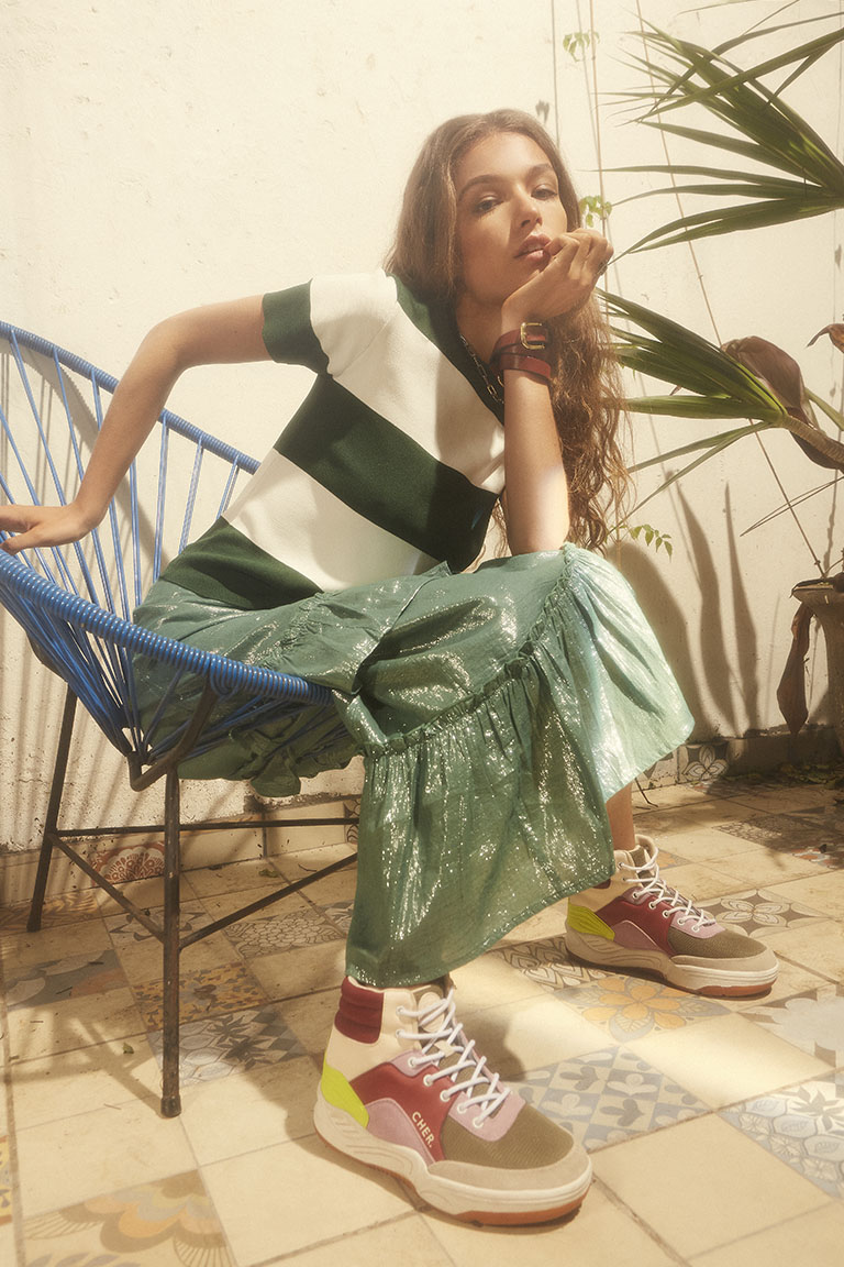look con pollera y zapatilla Maria Cher Looks de moda para mujer verano 2020