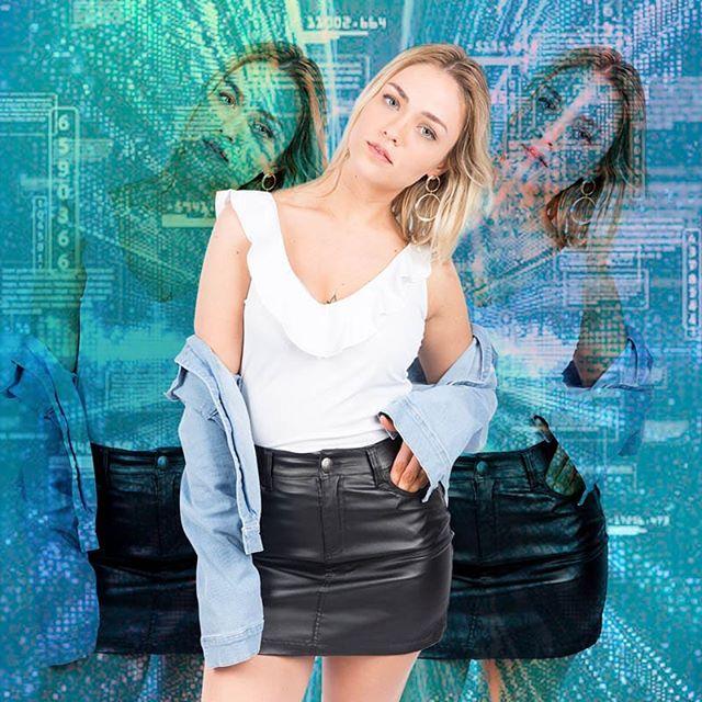 look urbano con minifalda de jeans Doll fins verano 2020