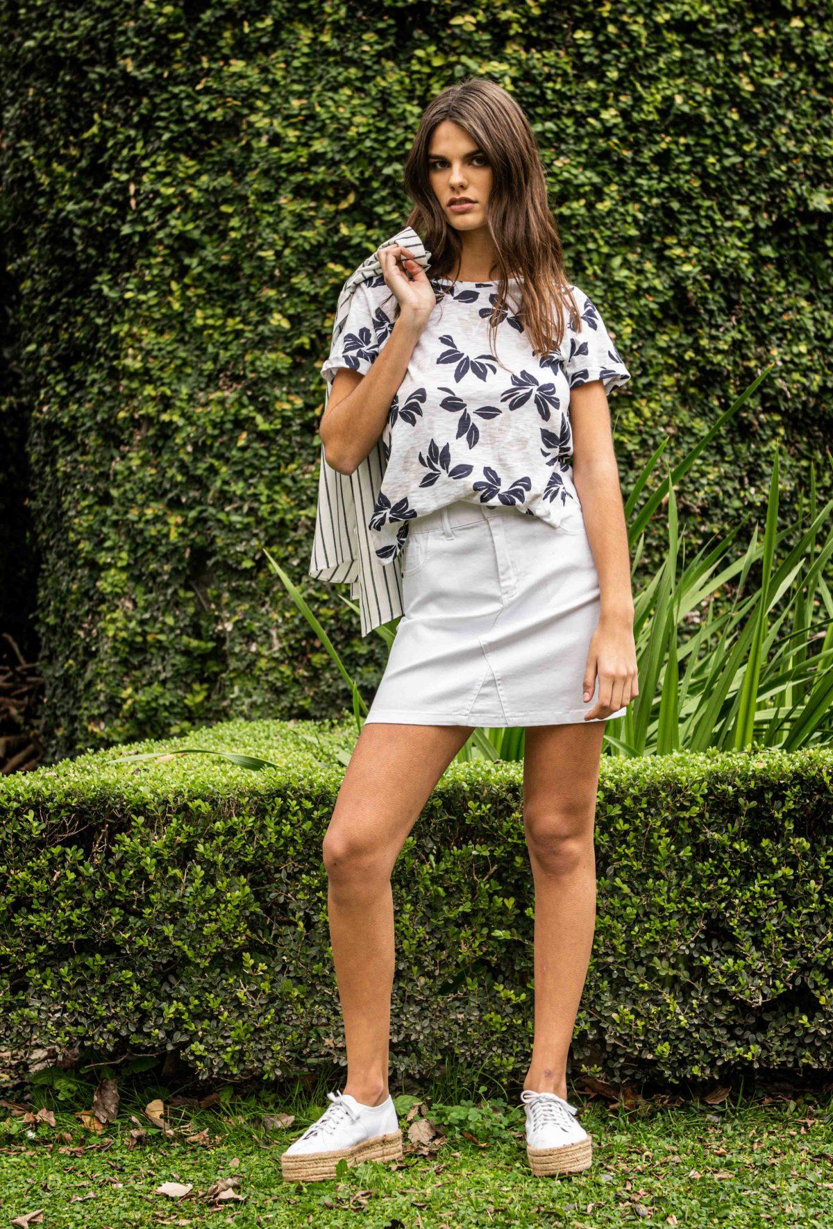 minifalda jeans y blusa estampada Kill verano 2020