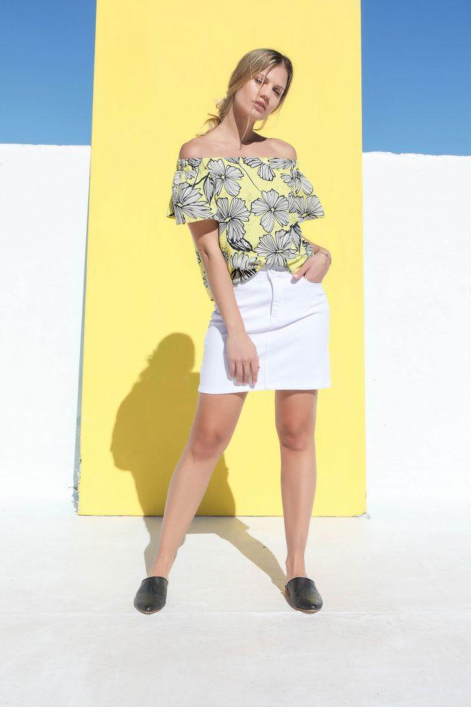 blusa estampada estilo paisana y mini de jeans blanca Cenizas verano 2020