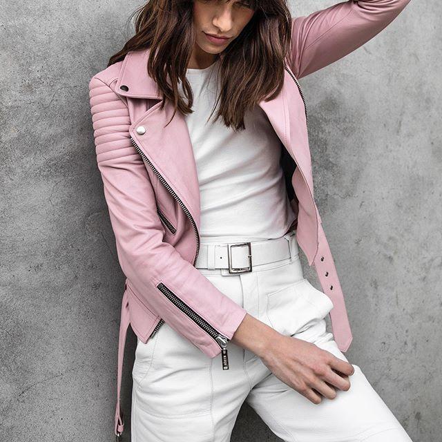 campera de cuero rosa y total blanco Boken verano 2020
