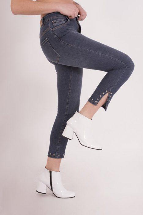 jeans chupin con tajo y apliques Clan Issime verano 2020