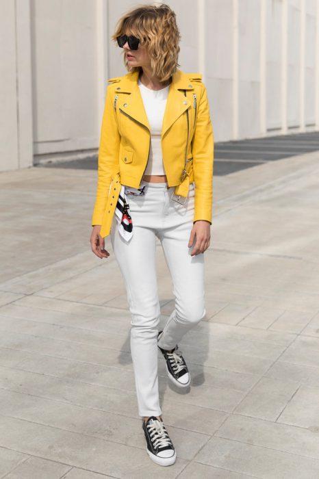 look urbano mujer con campera amarilla Boken verano 2020