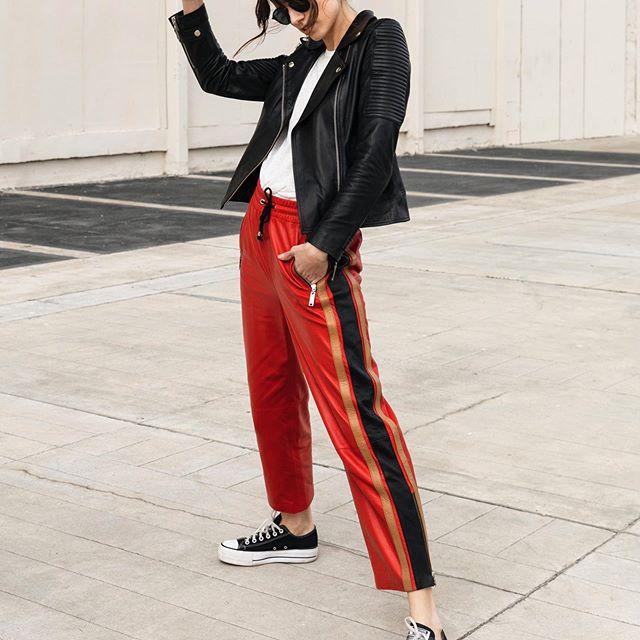 pantalon engoamado palazzo y campera de cuero negro Boken verano 2020