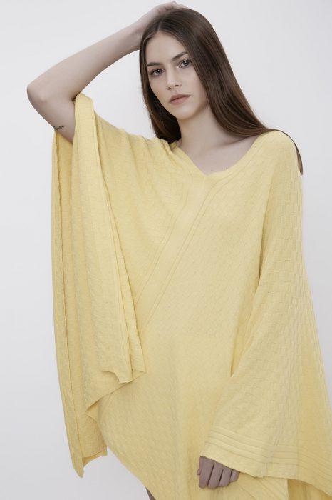 poncho amarillo tejido primavera verano 2020 Millie BA