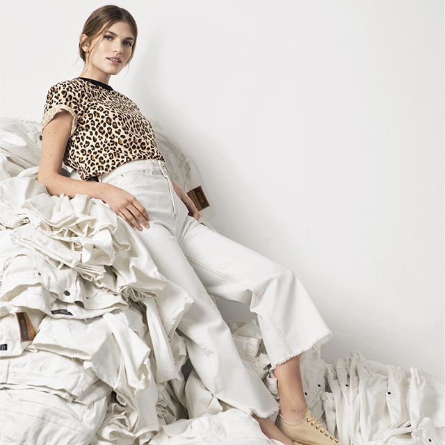 remera animal print y jeans pantacort Le Utthe primavera verano 2020