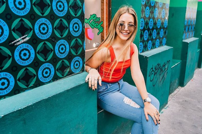 top naranja y jeans con roturas Brake up verano 2020