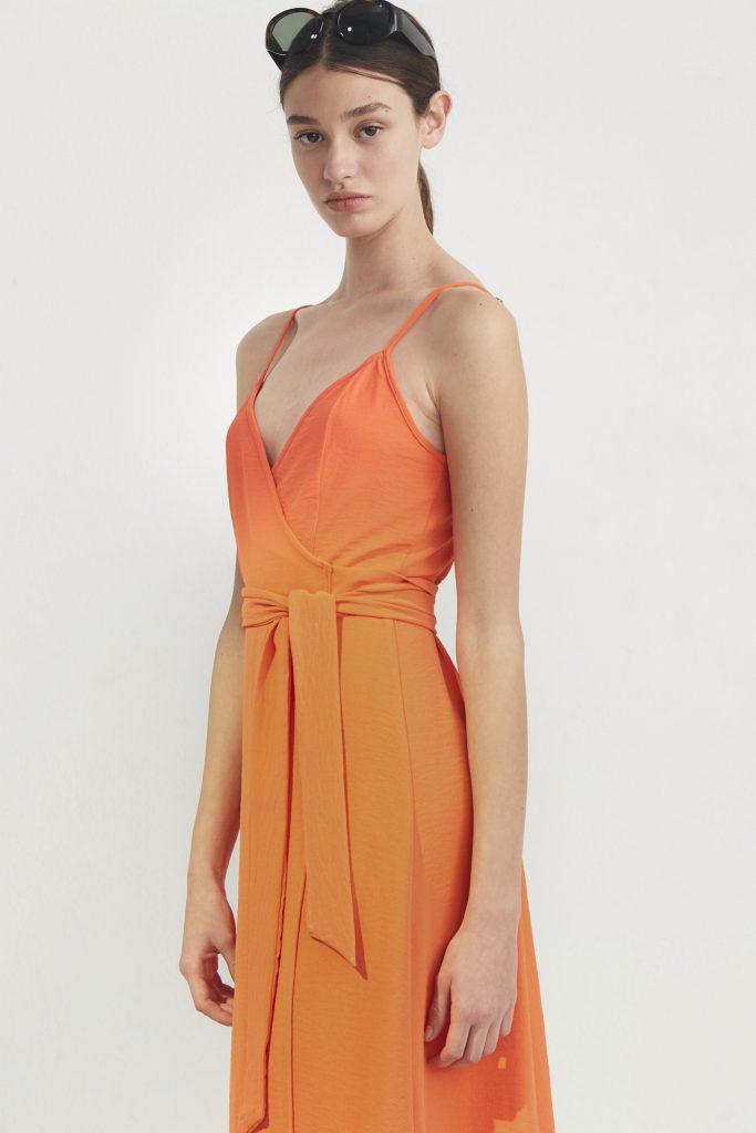 vestido cruzado para un look formal urbano Bled verano 2020