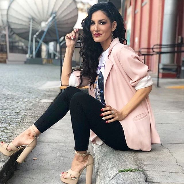 blazer liviano y chupin negro Desvio jeans verano 2020