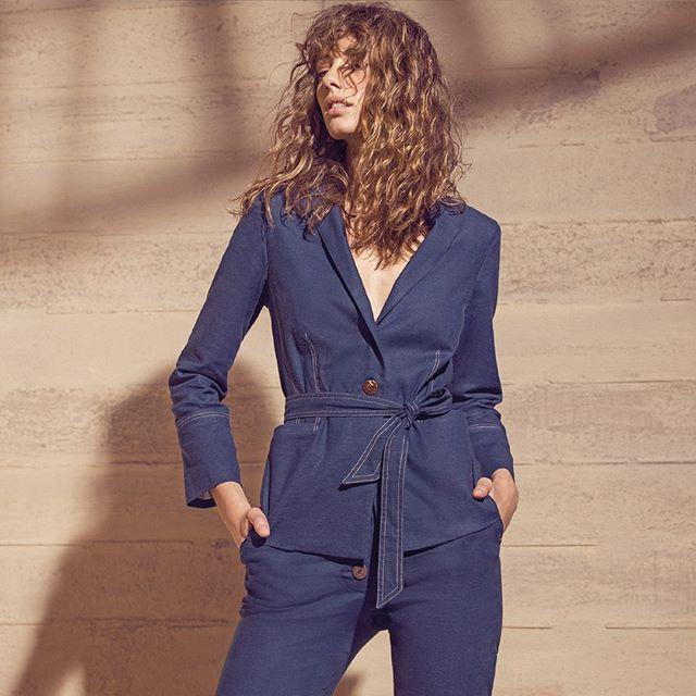 conjunto pantalon y blazer con lazo denim fino Ted Bodin verano 2020