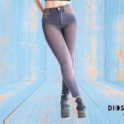 jeans gastados y desteñidos Diosa Luna verano 2020