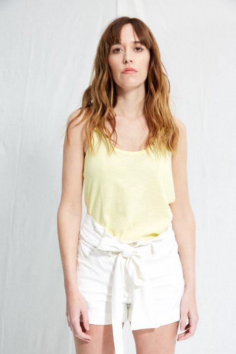 musuclosa amarilla con short blanco Allo Martinez verano 2020