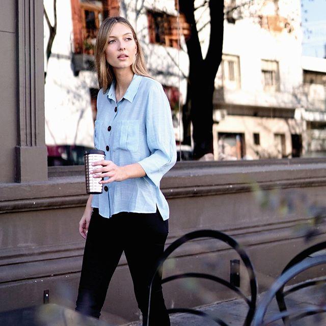 pantalon de vestir y camisa asimetrica holgada mujer Ted Bodin verano 2020