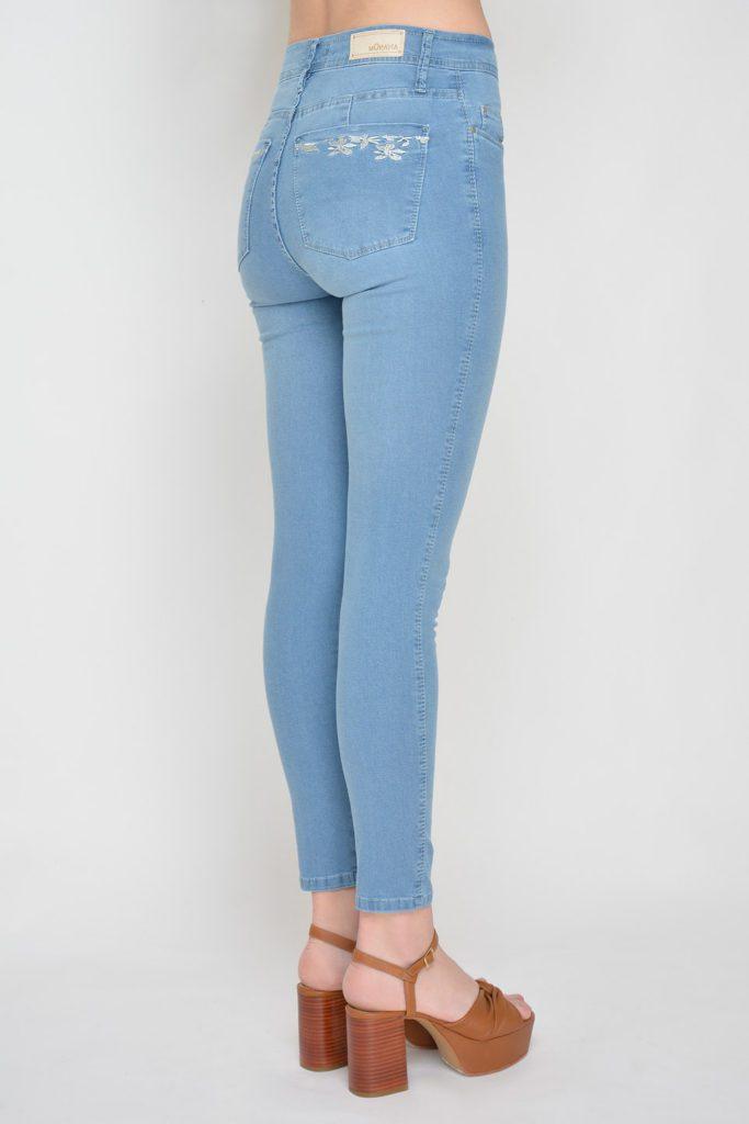 pantalon jeans con bolsillo bordado Moravia verano 2020