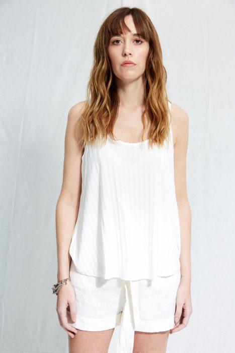 short blanco de lino con blusa blanca Allo Martinez verano 2020