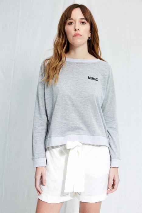 sweater liviano con short blanco Allo Martinez verano 2020
