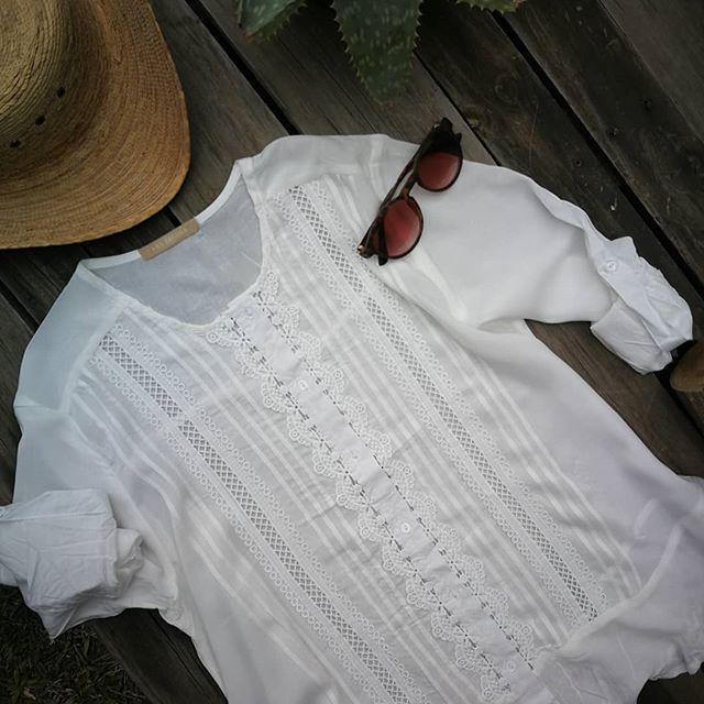 camisola con puntillas y detalles blancos Las taguas verano 2020