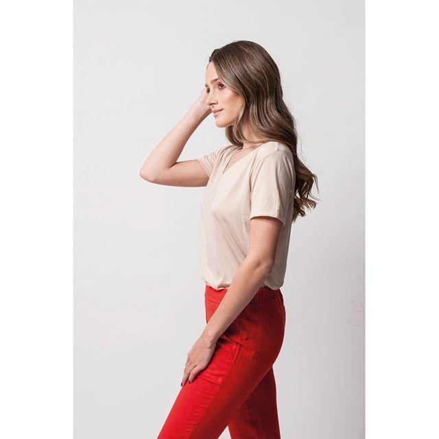 look con pantalon gabardina rojo agustina sar verano 2020