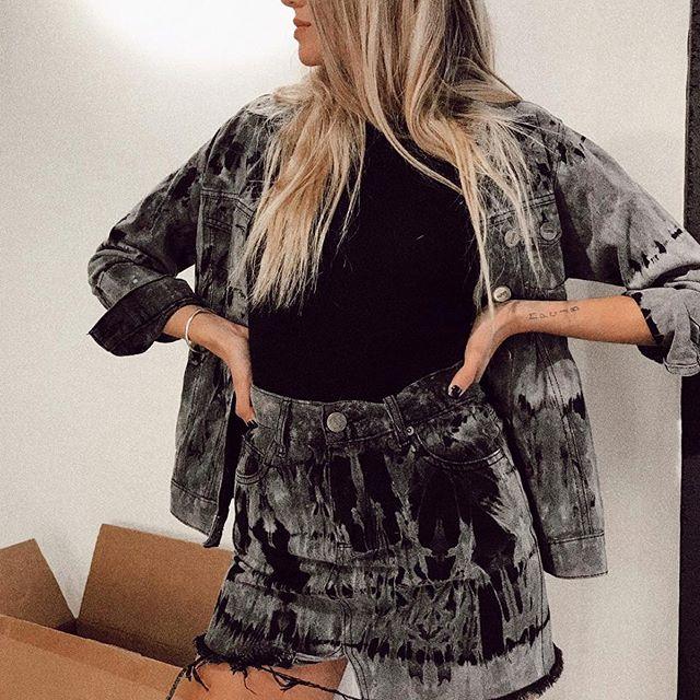 minifalda con roturas y campera jeans batik Yosy lovers verano 2020