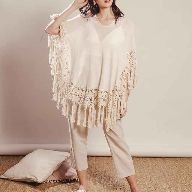 poncho de hilo con guarda acrochet y flecos Florencia Llompart verano 2020