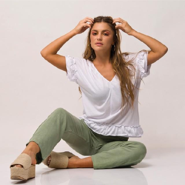 remera blanca y pantalon gabardina Agustina Sar verano 2020