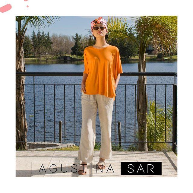 remera naranja y pantalon lino Agustina Sar verano 2020