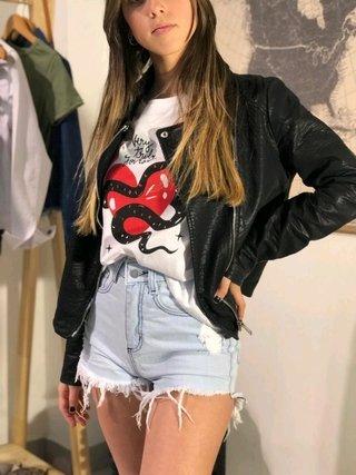 short de jeans rustico con campera de cuero Estilo ambar verano 2020