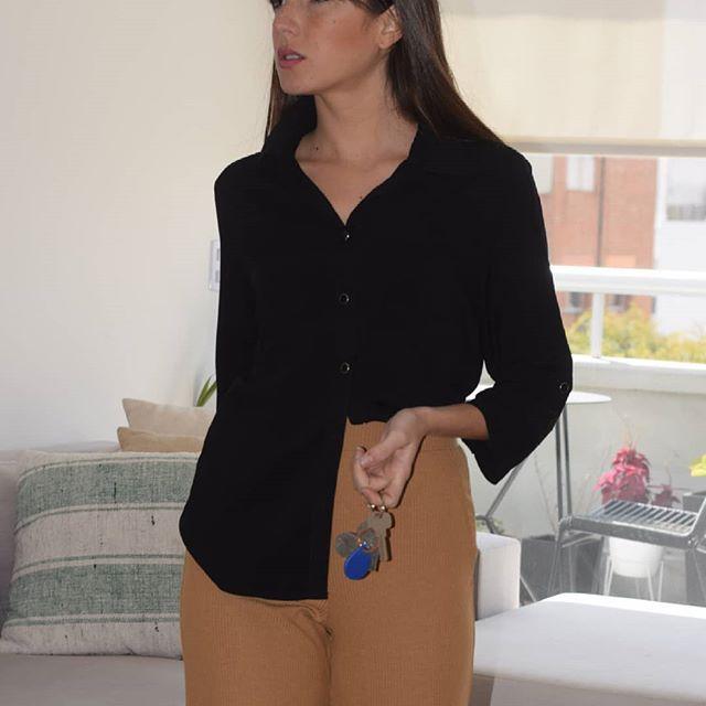 look urbano con camisa negra mujer Normandie verano 2020