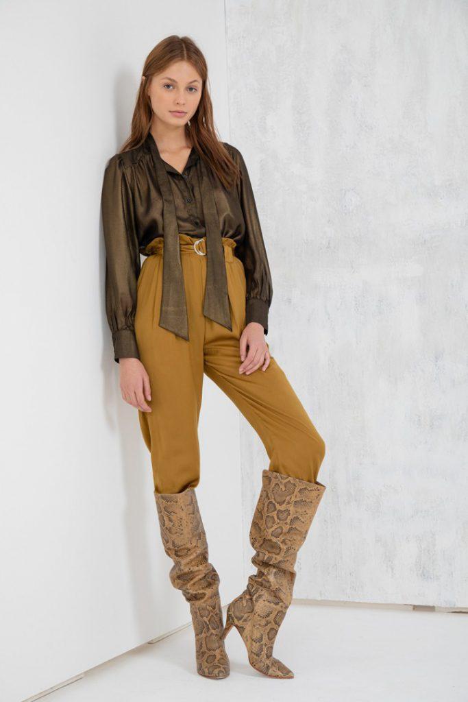blusa de seda pantalon y botas caña alta Uma invierno 2020