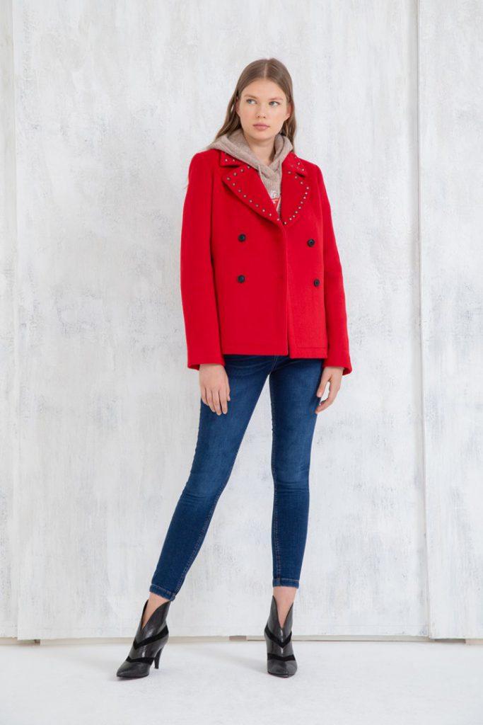jeans y saco rojo uma invierno 2020