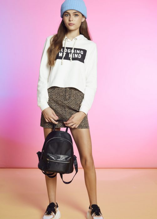 look casual zapatilla buzo y minifalda adolescentes como quieres que te quiera invierno 2020