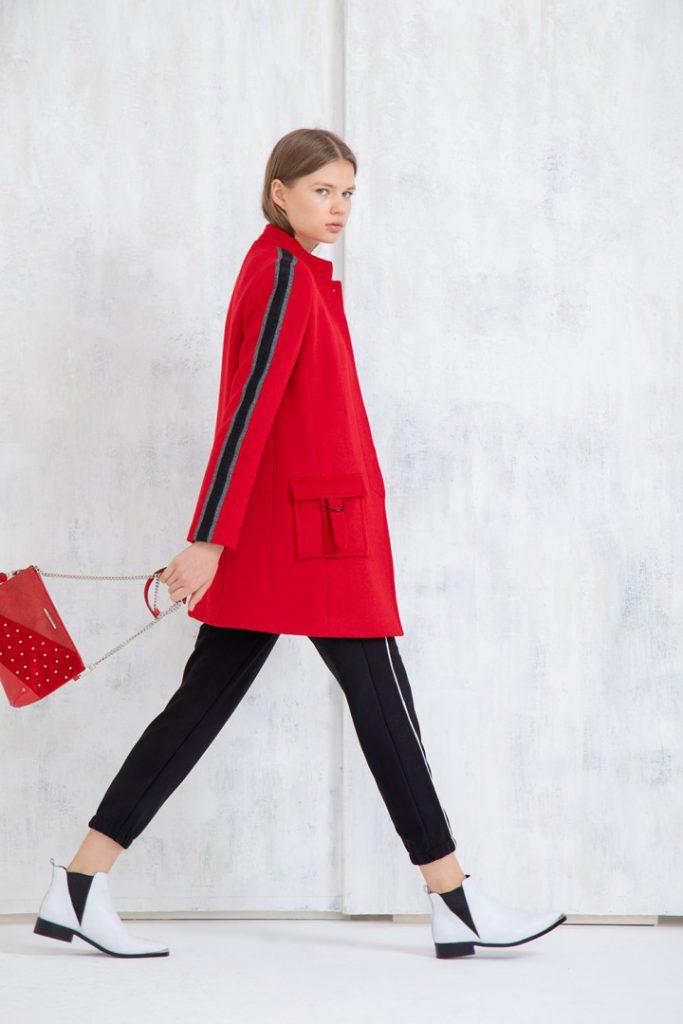 look urbano con tapado rojo uma invierno 2020