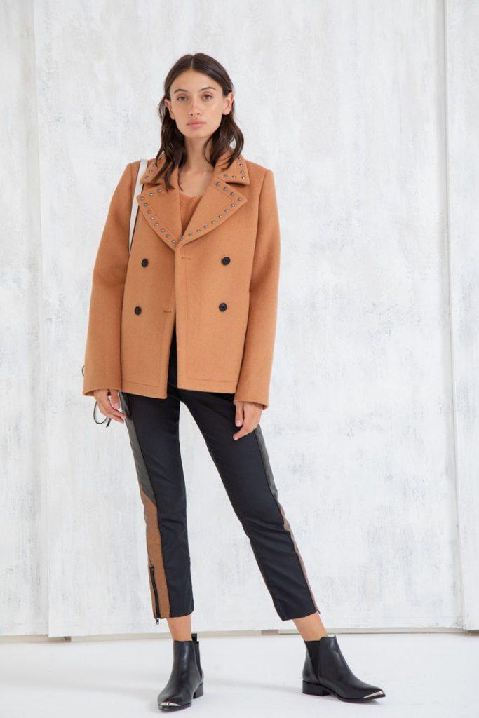 saco de paño con pantalon de cuero capri y botinetas uma invierno 2020