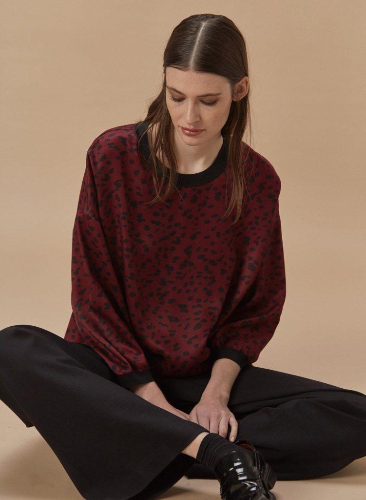 blusa de seda estampadaEtiqueta negra mujer invierno 2020