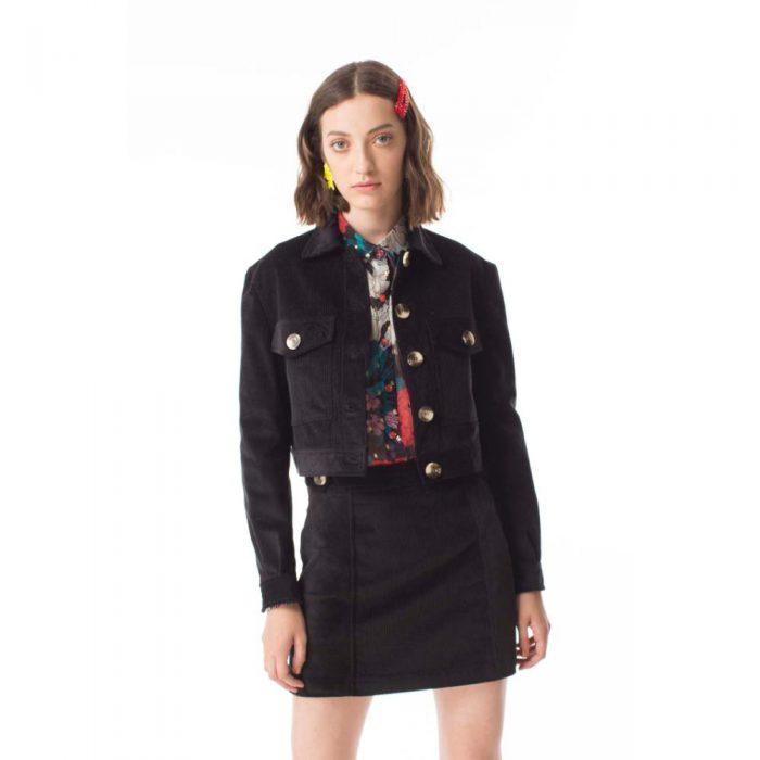 campera orion negro y minifalda jeans Las Pepas invierno 2020