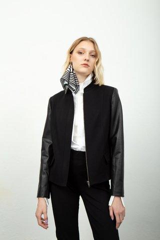 chaqueta negra con mangas engomadas invierno 2020 Calandra
