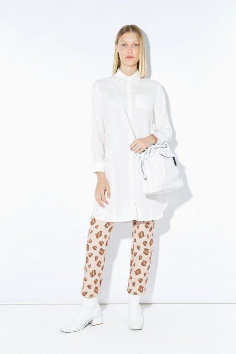 pantalon estampado con camisa blanca Ayres otoño invierno 2020